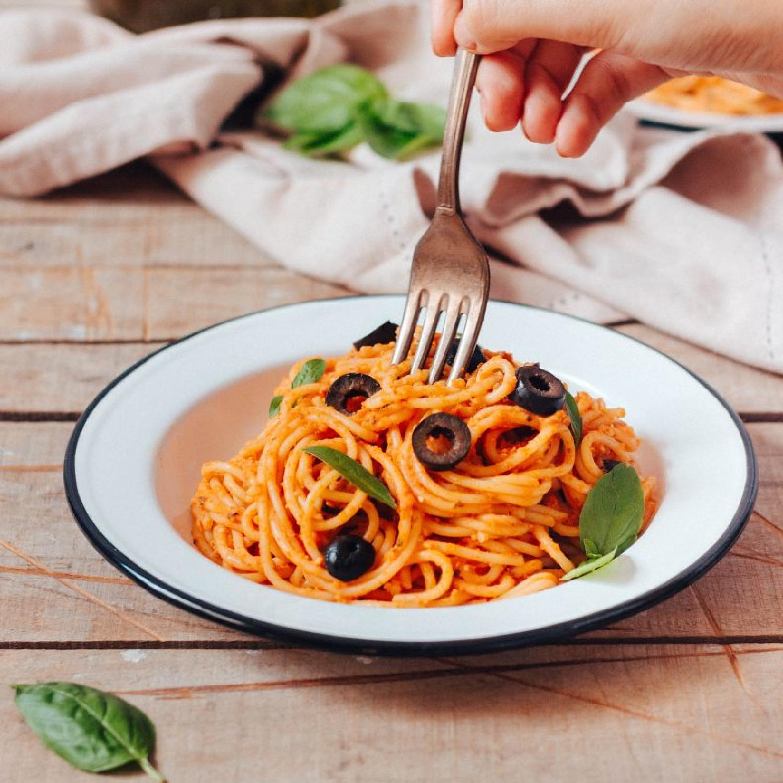 Creamy hummus and tomato pasta